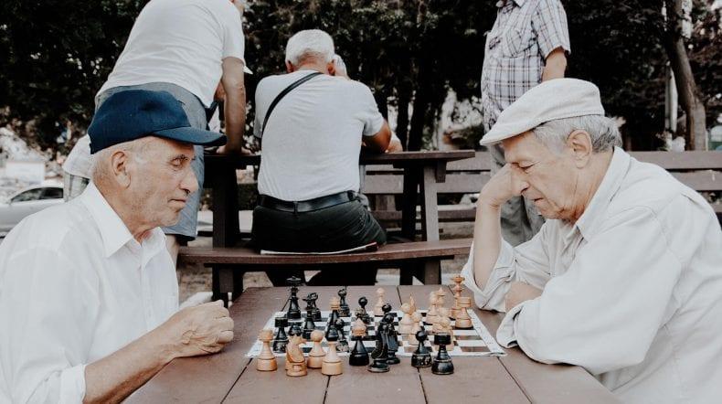 seniors playing chess 790x442